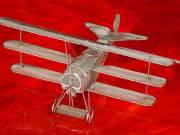 Drótmodelek, repülőgép makettek, lámpák, gyertyatartók, kitűzők,