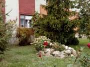 Központ közeli csendes utcában ikerházban 2 lakásos házrész kerttel, dupla garázzsal