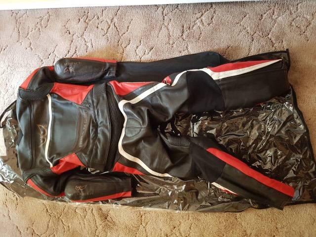 Sérülésmentes Berik motoros bőrruha - Kecskemét - Ruházat 93a77423d0