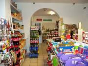 Forgalmas élelmiszerbolt TELJES ÁRUKÉSZLETTEL és lakással eladó Dunaföldváron!