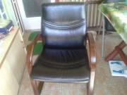 Bőr fotel fa karfával