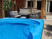 Közvetlen vízparton lévő, jakuzzis, medencés, klímás, gyermek-játszóteres nyaraló kiadó!